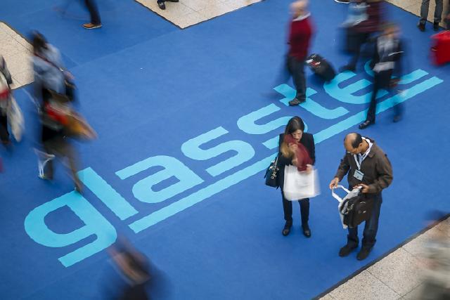 Die glasstec ist die Weltleitmesse der Glasbranche mit zuletzt mehr als 1.230 Ausstellern aus über 50 Ländern in 2016. Sie deckt die gesamte Wertschöpfungskette rund um den Werkstoff Glas in einer einzigartigen Bandbreite mit Top-Unternehmen ab. Durch die hohe internationale Beteiligung zieht die glasstec ein hochkarätiges Publikum an. Zur letzten glasstec im Jahr 2016 kamen 71 Prozent der mehr als 40.000 Fachbesucher aus dem Ausland.   glasstec is the leading trade fair for the glass industry, registering more than 1,230 exhibitors from over 50 countries in 2016. It covers the entire value chain for glass with an unrivalled cross-section of top-notch companies. Thanks to the high international exhibitors' attendance glasstec also attracts a high-calibre audience. At the last glasstec in 2016 71% of the over 40,000 trade visitors came from abroad.